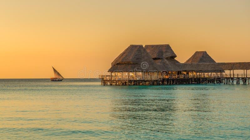 Barra na água no por do sol em Zanzibar, Tanzânia fotografia de stock royalty free