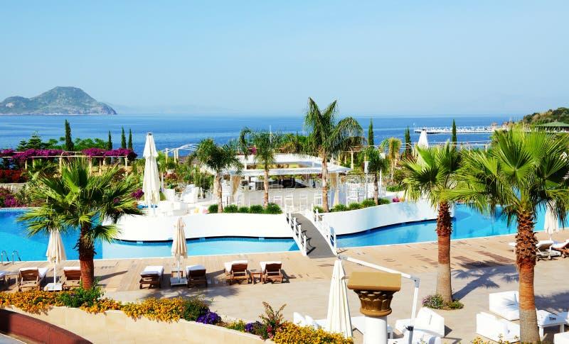 A barra na piscina no hotel de luxo imagem de stock