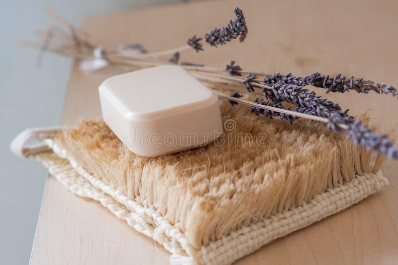 Barra naturale del sapone con una certa decorazione fotografia stock