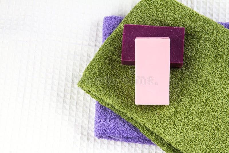 Barra naturale del sapone sull'asciugamano di bagno fotografie stock