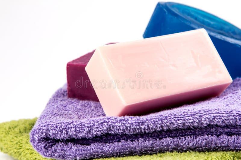 Barra naturale del sapone sull'asciugamano di bagno fotografie stock libere da diritti