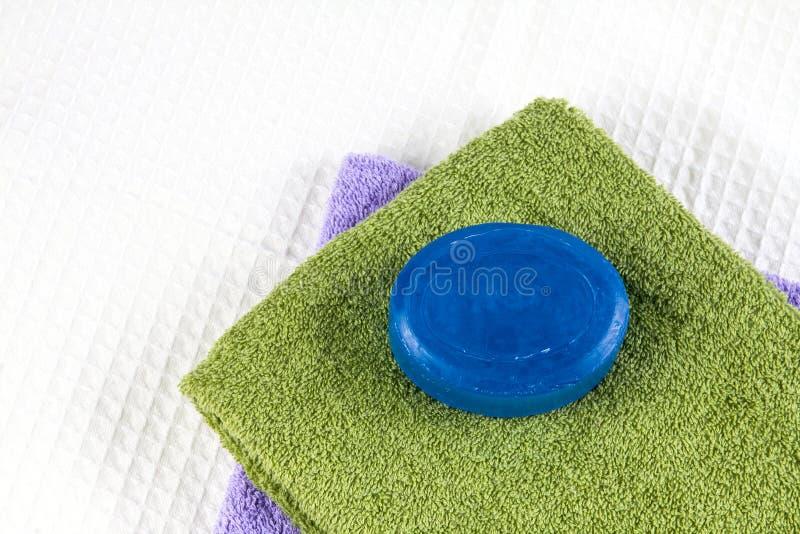 Barra naturale del sapone sull'asciugamano di bagno immagini stock libere da diritti