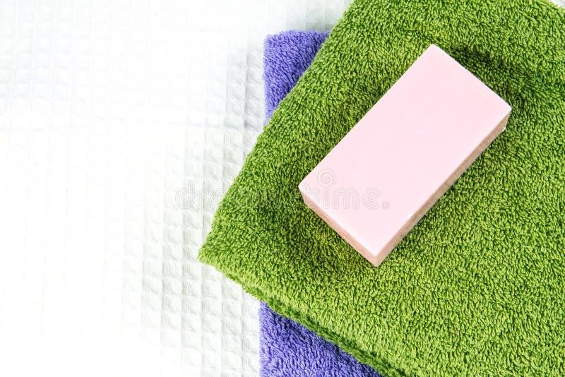 Barra naturale del sapone sull'asciugamano di bagno fotografia stock