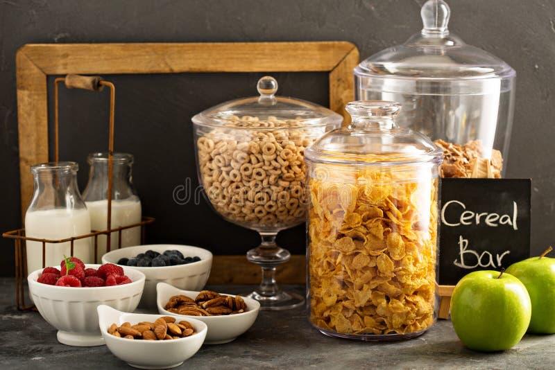 Barra o buffet del cereale con i fiocchi di granturco, la frutta ed i dadi fotografie stock