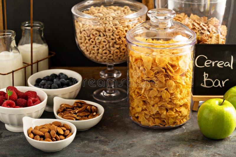 Barra o comida fría del cereal con los copos de maíz, la fruta y las nueces fotos de archivo