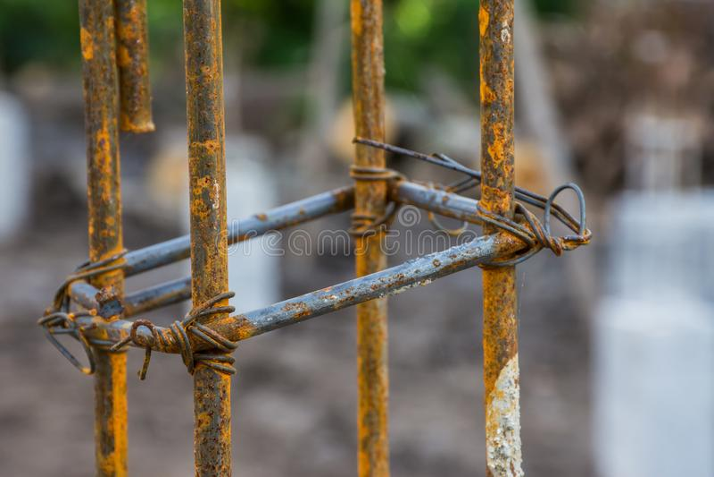 Barra oxidada de la barra de acero en casa del emplazamiento de la obra nueva imagenes de archivo