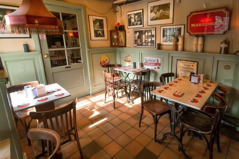 Barra retro do estilo com mobília do vintage, photopictures na parede e decorações velhas foto de stock