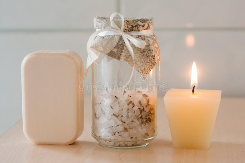 Barra, sale da bagno e candela naturali del sapone fotografia stock libera da diritti