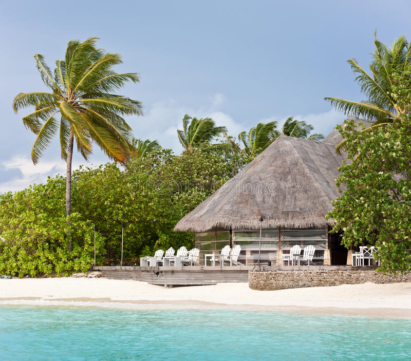 Barra Thatched da sala de estar na praia de maldives imagens de stock