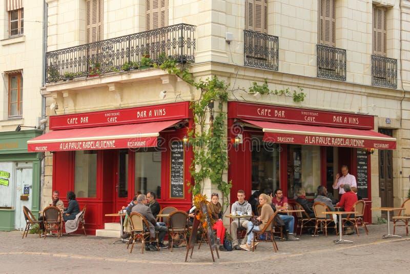 Barra tipica del caffè Chinon france fotografie stock libere da diritti