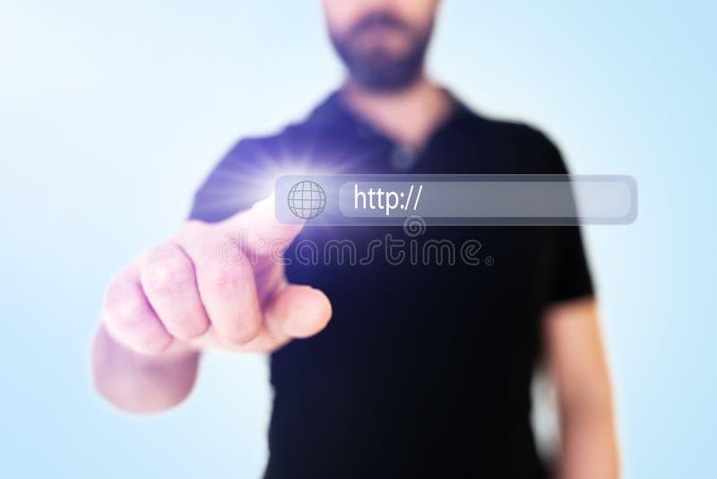 Barra tocante do endereço do navegador do homem de negócios com ícone do globo na relação translúcida imagens de stock royalty free