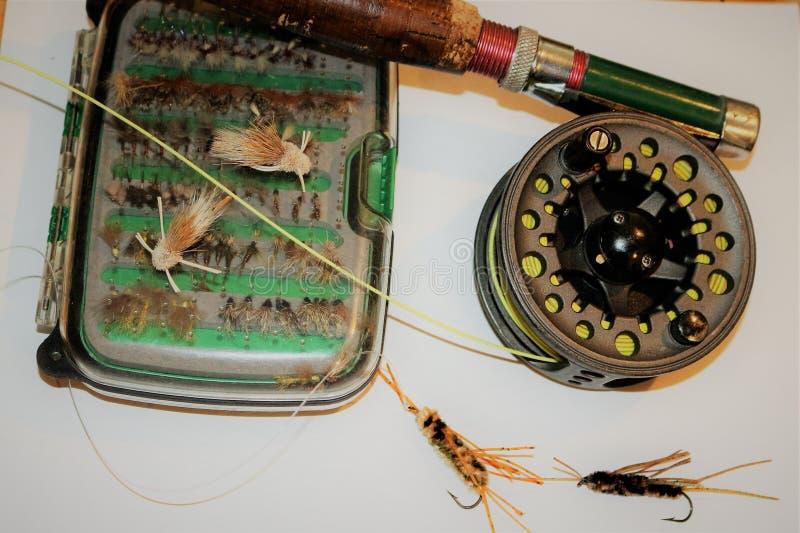 Barra y carrete antiguos de pesca con mosca con el ` s de la mosca mojada foto de archivo