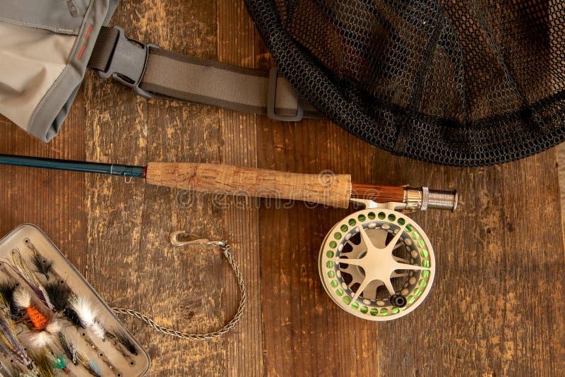 Barra y carrete de pesca con mosca con los accesorios foto de archivo libre de regalías