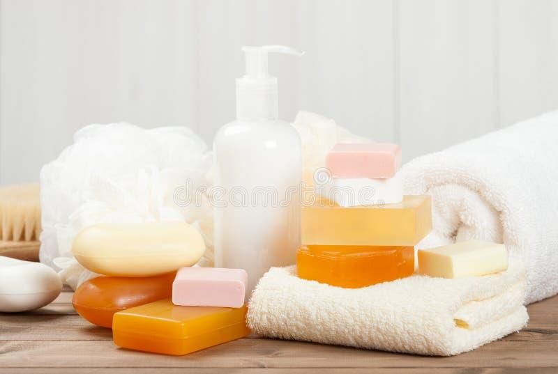 Barra y líquido del jabón Champú, gel de la ducha toallas Equipo del balneario fotos de archivo