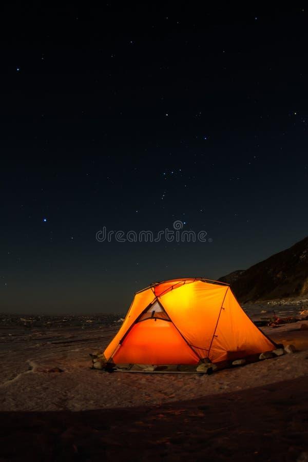 Barraca amarela na noite na costa do Lago Baikal no inverno foto de stock