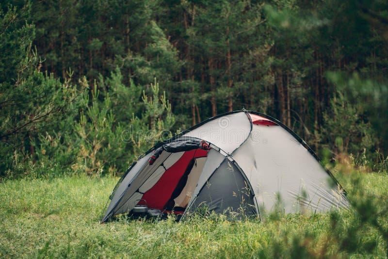 Barraca cinzenta do turista na floresta do verão imagens de stock