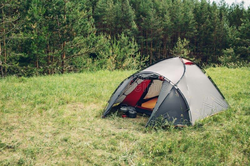Barraca cinzenta do turista na floresta do verão foto de stock