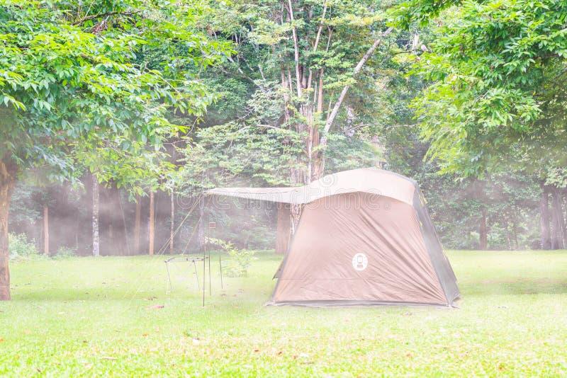 Barraca da família na névoa em Tailândia foto de stock royalty free