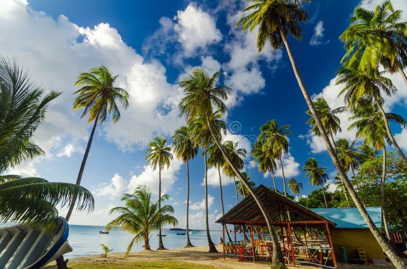 Barraca da praia e areia branca imagem de stock royalty free