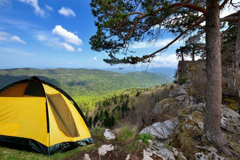 Barraca de acampamento amarela em uma costa em uma luz da manhã imagens de stock royalty free