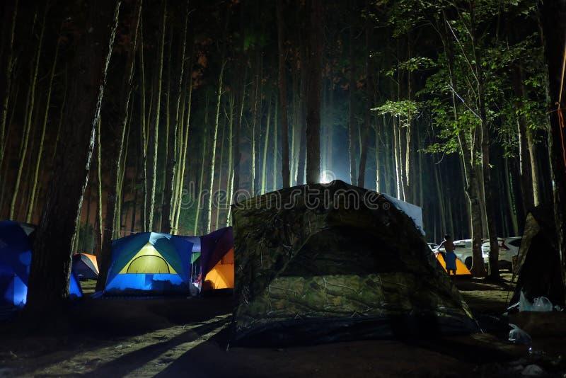 Barraca de acampamento iluminada da luz na noite fotos de stock royalty free