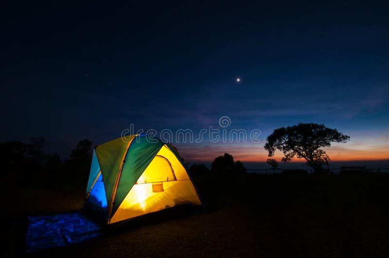 Barraca de acampamento iluminada do amarelo fotos de stock