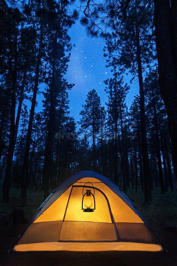 Barraca de acampamento iluminada sob estrelas fotos de stock