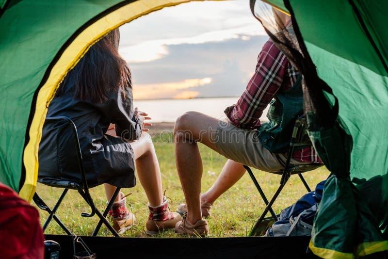Barraca de acampamento interna da opinião feliz traseira dos pares fotos de stock