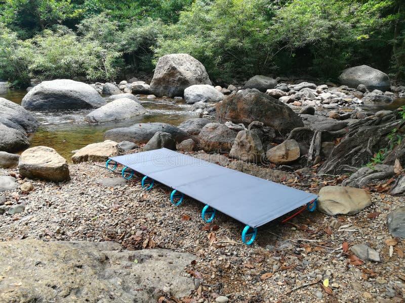 Barraca de acampamento simples da cama foto de stock royalty free