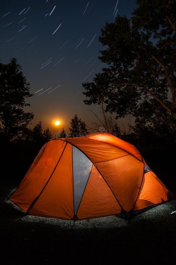 Barraca de acampamento sob fugas da estrela e a lua de aumentação imagem de stock royalty free
