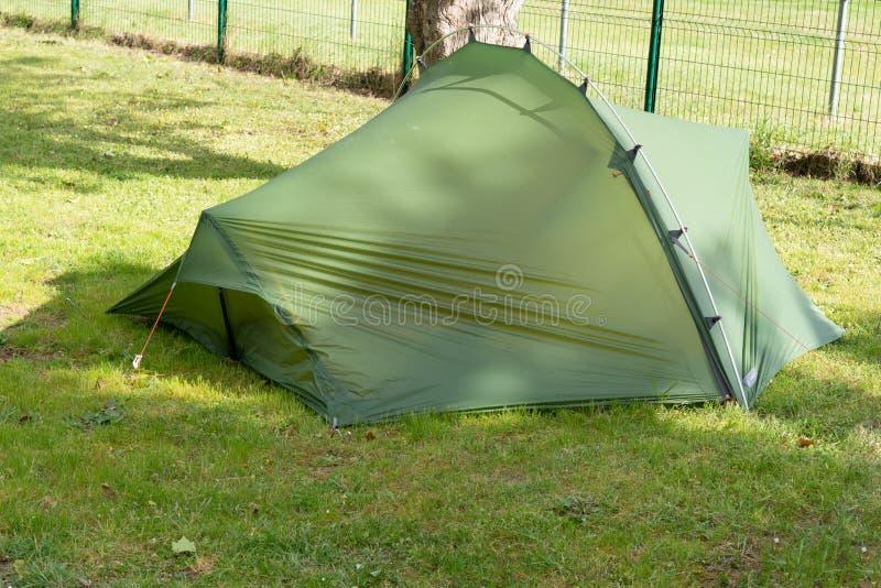 Barraca de acampamento verde do local de acampamento no verão da grama fotografia de stock