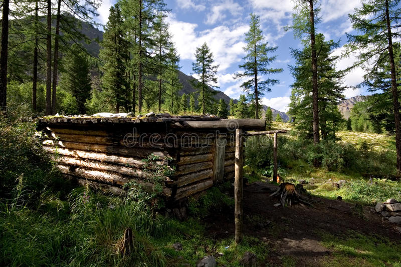 Barraca de madeira (cabana do inverno) na floresta selvagem, montanhas fotos de stock