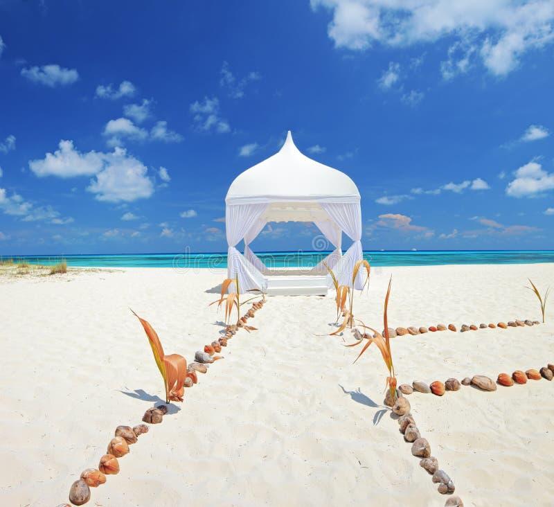 Barraca do casamento em uma praia no console de Maldives imagem de stock