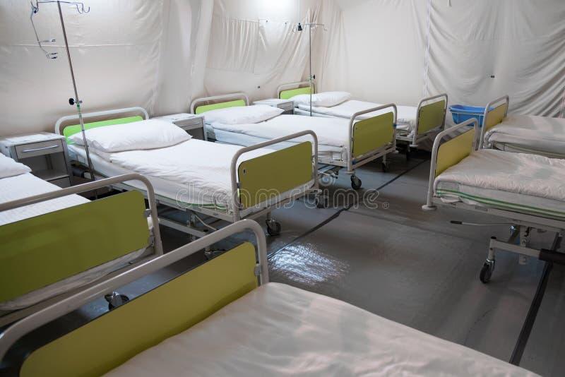 Barraca do hospital de campanha com camas imagem de stock