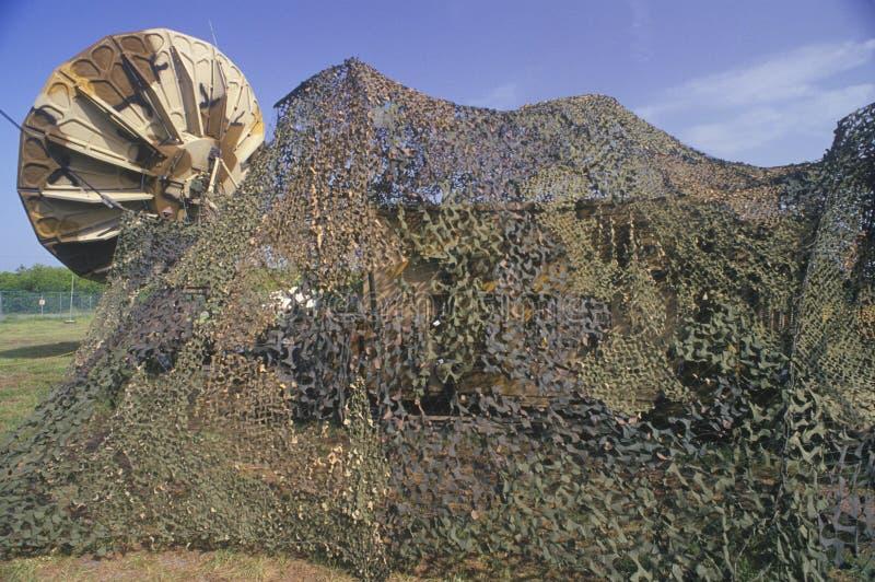 Barraca e satélite camuflados foto de stock