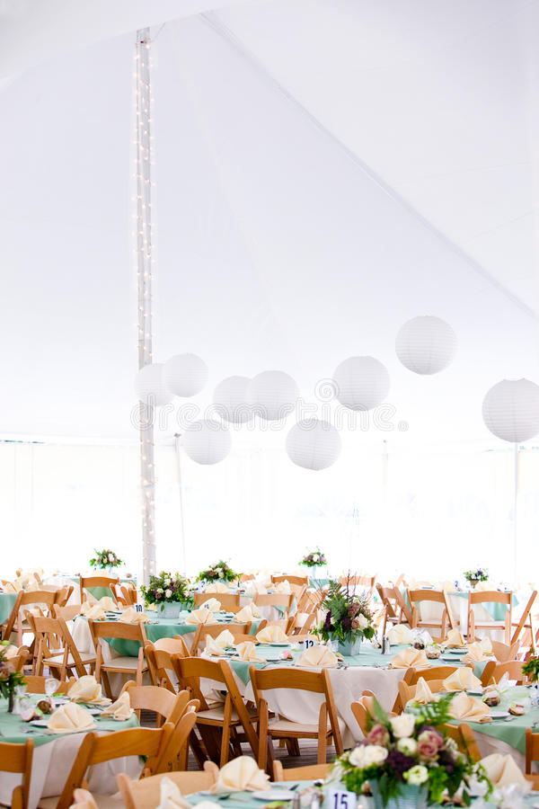 Barraca e tabelas do casamento fotografia de stock royalty free