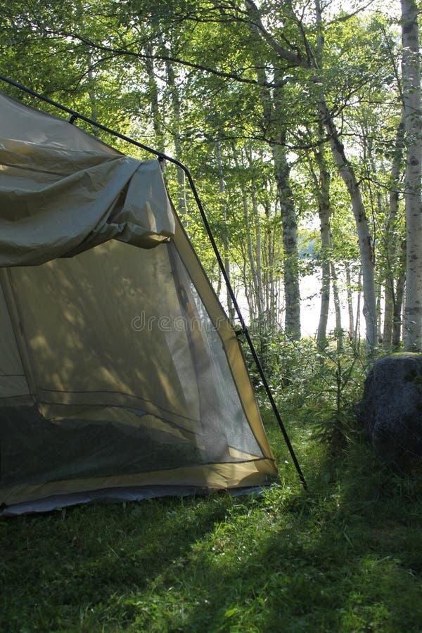 Barraca em um campground no por do sol imagem de stock