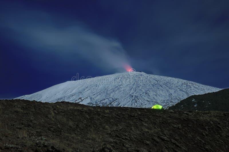 Barraca iluminada e Etna nevado, Etna Park - Sicília fotos de stock royalty free