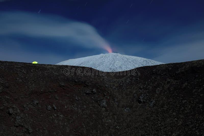 Barraca iluminada e Etna nevado, Etna Park - Sicília fotos de stock