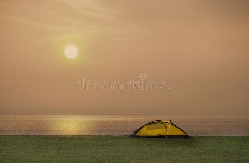 Barraca no local de acampamento ao lado do mar foto de stock royalty free