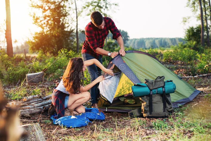 Barraca nova da fundação dos pares fora, caminhada e acampamento fotos de stock