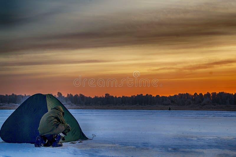 Barraca para a pesca do inverno no gelo fotos de stock royalty free
