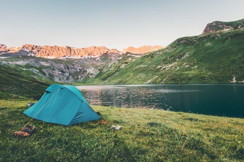 Barraca que acampa no estilo de vida do curso da paisagem das montanhas e do lago do por do sol foto de stock
