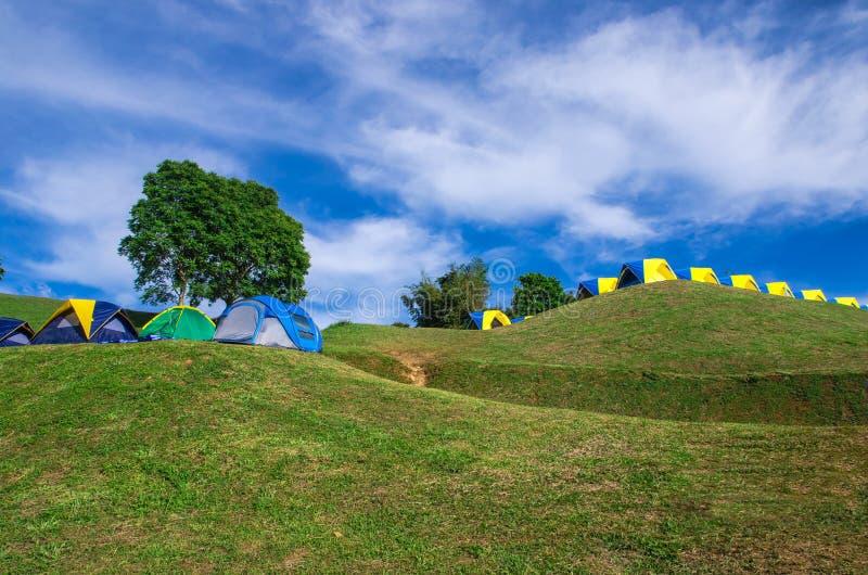 Barraca que acampa no monte verde imagens de stock