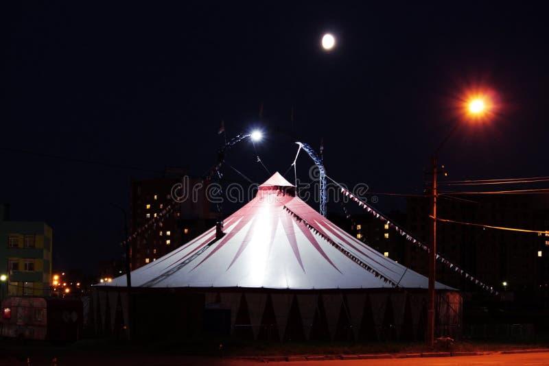 barraca sombrio do circo terrível na noite na área deserta fotografia de stock