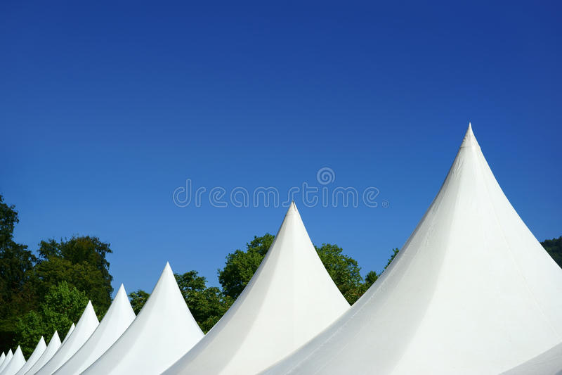 Barracas brancas da parte superior do evento e céu azul imagem de stock royalty free