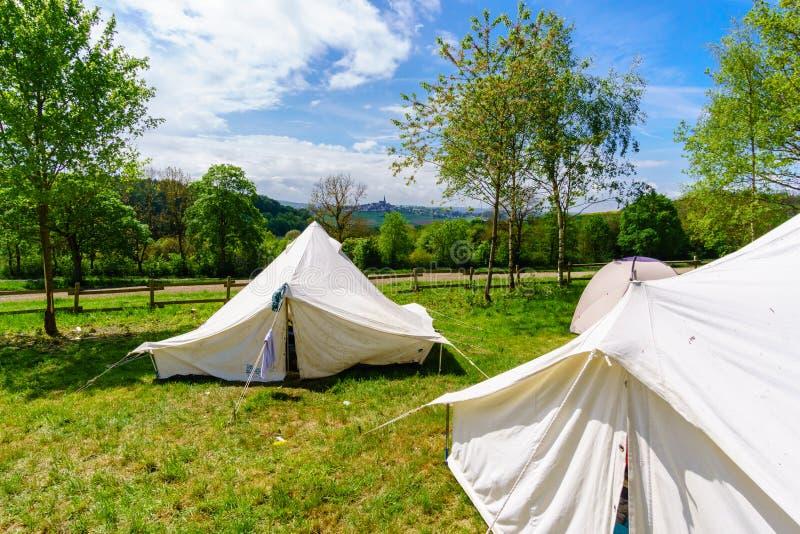 barracas brancas em um acampamento do escuteiro fotografia de stock
