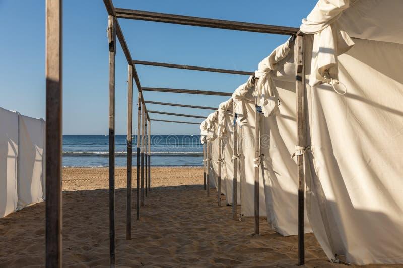 Barracas brancas na praia foto de stock royalty free