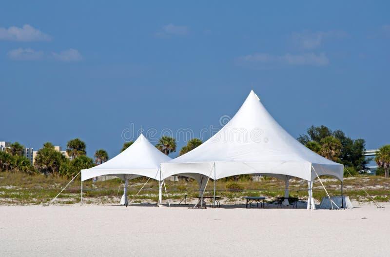 Barracas brancas na praia imagens de stock