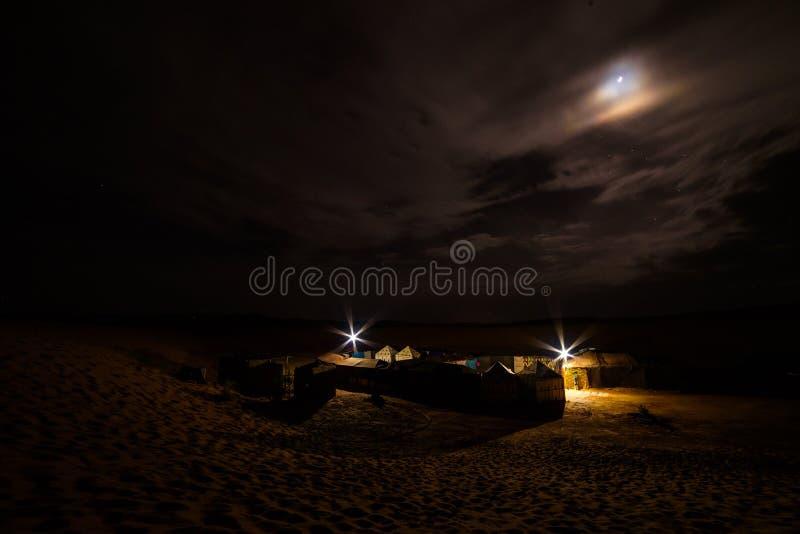 Barracas da excursão do camelo de Sahara onde os turistas passam sua noite em dese fotografia de stock royalty free